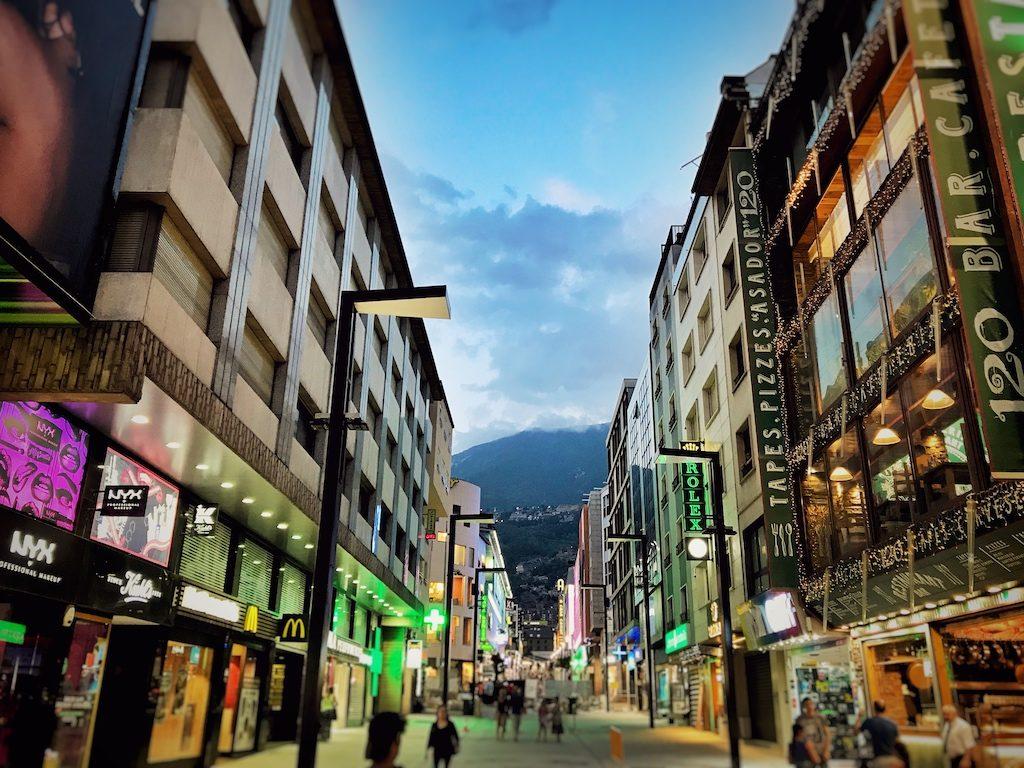 Avenida de Meritxell: Eine der Einkaufsstraßen in Andorra la Vella